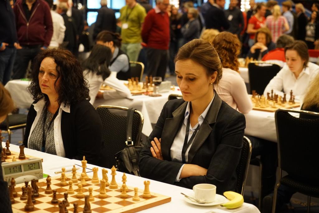 Ketino Kachiani-Gersinska (l.) ,die Einheimische und Viktoria Smilyte, litauische Politikerin, nur noch Gelegenheits-Schachspielerin
