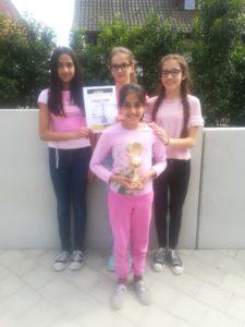 hinten v.l.n.r: Mery Nanthivarman, Rebecca Doll, Kassandra Visvikis vorne: Venera Nanthivarman